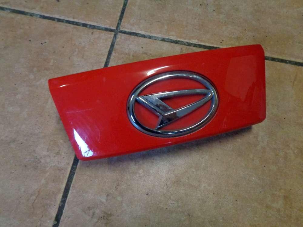 Daihatsu Sirion M3 Bj:2009 Blende Emblem Heckklappe Heckblende Rot Farbcode: R40